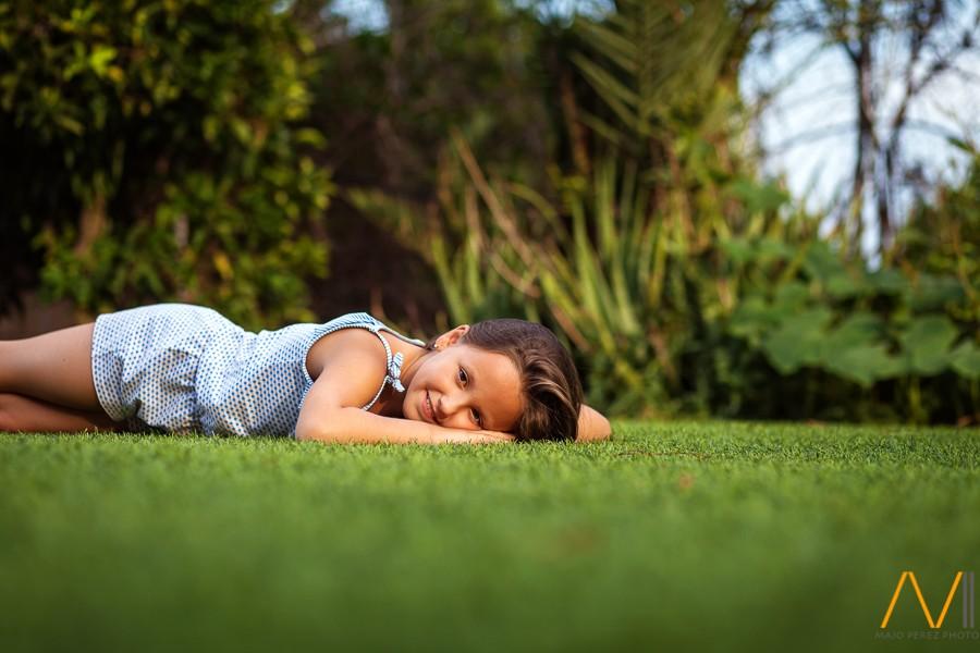 reportaje de fotos de comunión de niña en el jardín en Castellón